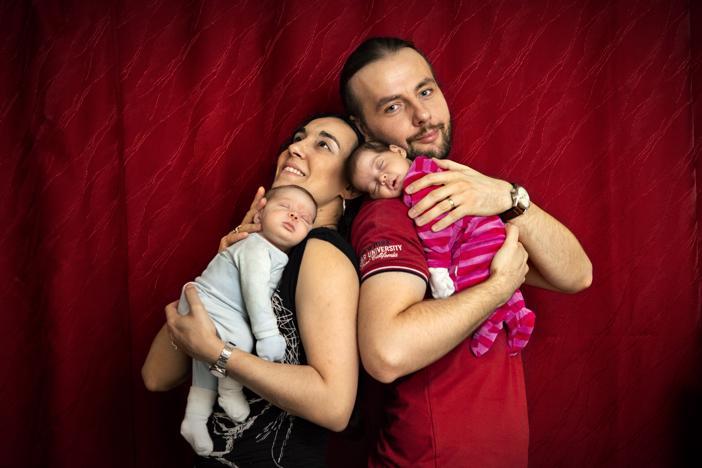 Onnellinen perhe. Anastasia Tsekoura ja Oltion Bega hoitavat keskosina syntyneitä kaksosiaan yhdessä. Äiti päivisin ja isä öisin.