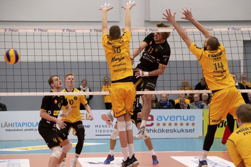 Vaikka Antti Leppälä iski pallon lattiaan ohi Severi Savonsalmen ja Olli-Pekka Ojansivun torjunnan, korjasi Savo Volley lopulta kotivoiton.