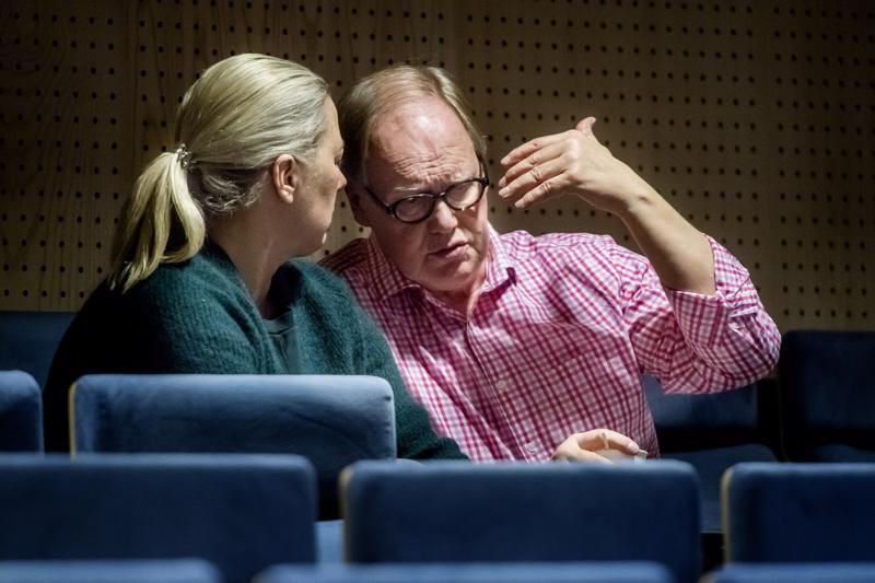 Jutta Urpilainen ja Pekka Nurmi vaihtoivat ajatuksia valtuuston lehterillä.