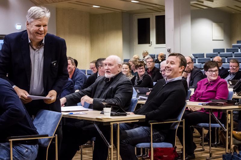 Valtuutettu Mauri Salo hauskuutti kommenteillaan Raimo Rahnastoa, Janne Jukkolaa ja Pirkko Häliä.