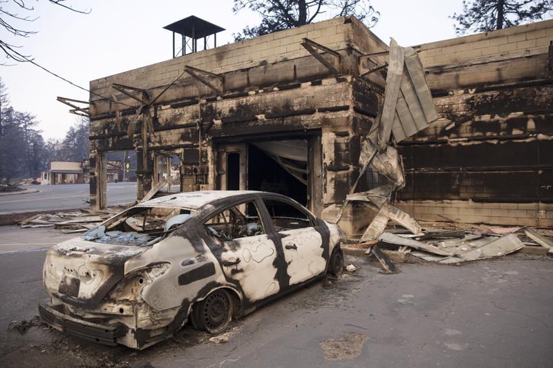 Maastopalossa tuhoutunut Paradisen kaupunki on lohduton näky. Autonraato seisoi palaneen liikehuoneiston edessä.