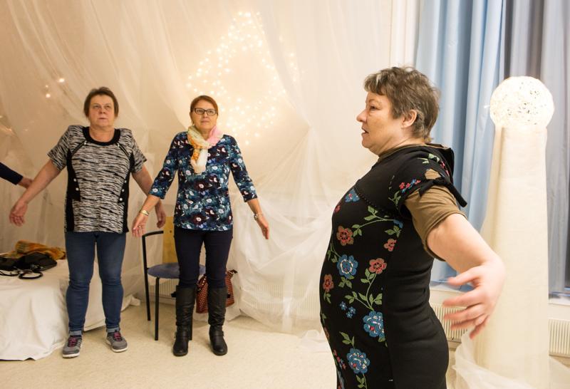 Anne Hautakoski (vas.) ja Mirja Peltokangas hengittelivät Pirjo Heinosen tahtiin.