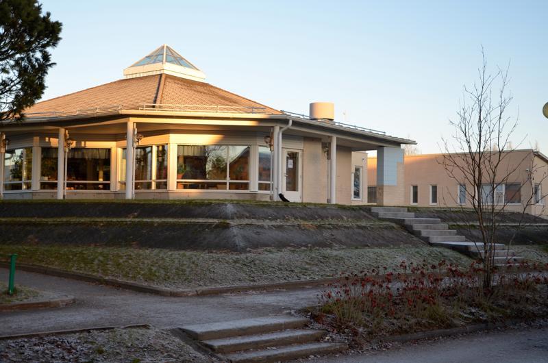 Nivalan kirjasto saa ensi vuonna uudistetun lukusalin sekä esiintymislavan torin puoleiselle sivulle. Myös koko torialue saa uutta ilmettä ja lisää parkkipaikkoja.