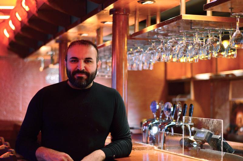 Osman Yildirim on työntekijänä viime viikolla avatussa Karaokebaari Yläristissä.