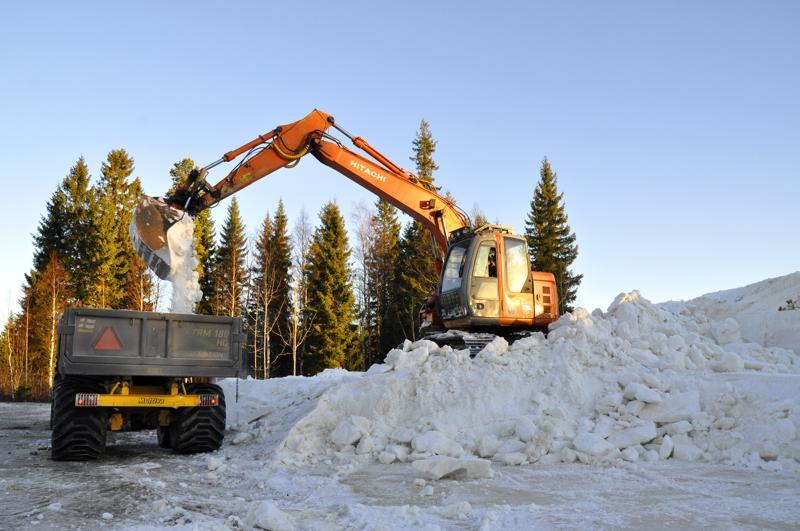 Huhmarin lumenlevitystalkoissa oli tiistaina täysi höyry päällä. Traktorirallin molemmissa päissä homaa pyöritettiin kaivinkoneilla.