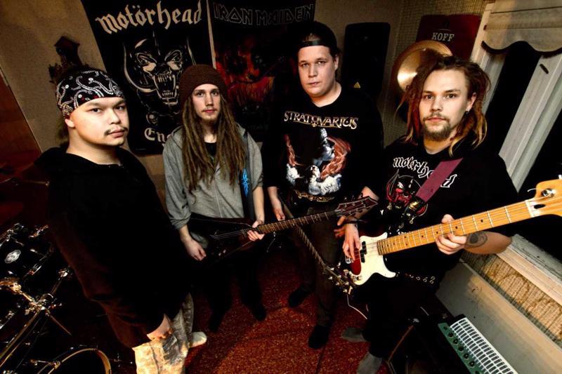 Aleksi Heikkilä, Kasimir Kaakko, Riku Lauri ja Severi Kaakko soittavat yhdessä thrash metallia Tasteful Turmoilissa.