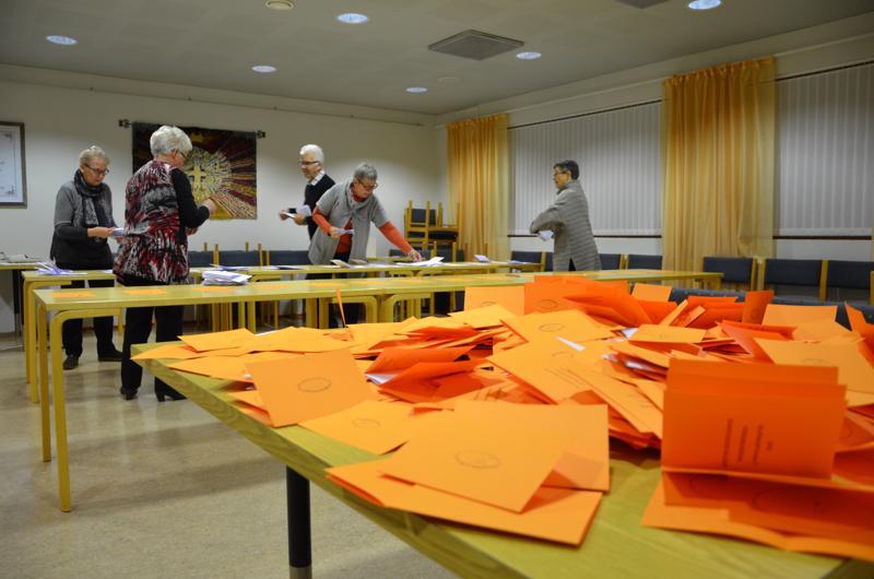 Vaalitoimitsijat laskemassa ääniä Kaustisen seurakuntatalolla.