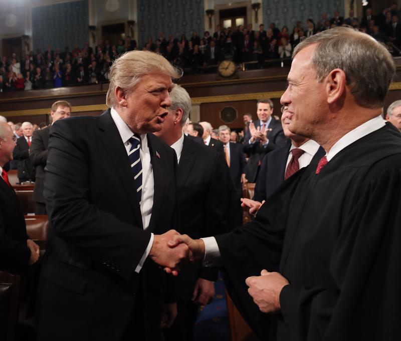 Yhdysvaltain presidentti Donald Trump (vas.) tervehti korkeimman oikeuden puheenjohtajaa John Robertsia Washingtonissa helmikuussa 2017.