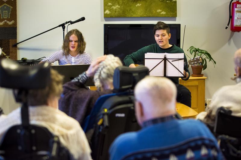 Julius Ranta-Nilkku (vas.) ja Miro Uusitalo valitsivat ikäihmisille sellaisia joululauluja, jotka he varmasti tuntevat.