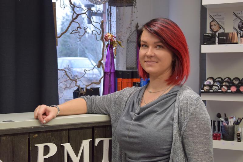Paula Tuura pitää siitä, että kampaamoyrittäjän päivät ovat vaihtelevia ja saa tehdä erilaisia töitä asiakkaille.