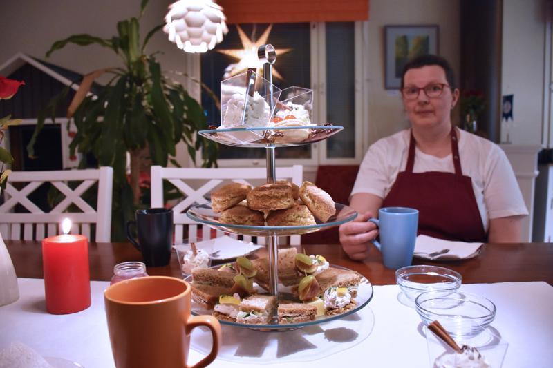 Tuula Isopahkala ihastui brittiläiseen iltapäivätee-traditioon.