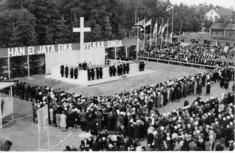 Ehtoollinen herättäjäjuhlilla vuonna 1966. Kuvassa oikealla ylhäällä näkyy kirkonkylän vanha kansakoulu.