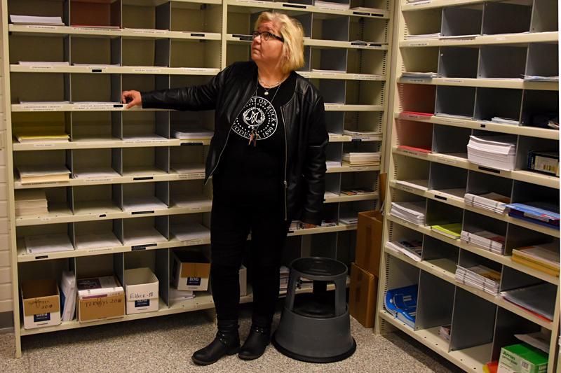 Kelan Haapaveden toimiston varaston seiniä kiertää hyllyt erilaisille lomakkeille. Kelassa yli 30-vuotisen uran tehnyt Outi Pekkala moittii sosiaaliturvajärjestelmää liian monimutkaiseksi.