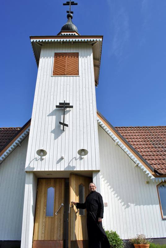 Ovet ovat avoinna ja tutustumaan saa tulla, sanoo Karvoskylän ortodoksikirkon ovella lukijan viittaan pukeutunut Jarmo Pylkkönen.