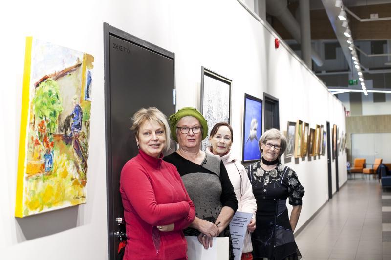 ARS-Kalajoen puheenjohtaja Auli Ojala ja sihteeri Maritta Lindberg sekä Maire Manninen Maija-Liisa Sorvari olivat pystyttämässä ARSin viimeistä näyttelyä.