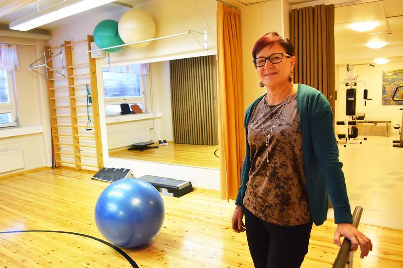 Palveluesimies Eeva Mäki kertoo fysioterapeuttien suoravastaanoton olevan työn uusjakoa terveyskeskuksessa. - On todettu, että selkäkipuiselle fysioterapiakäynnistä on yleensä parempi hyöty kuin lääkärillä käymisestä.