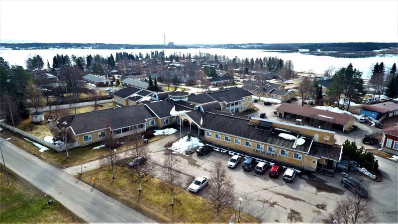 Paakkilanhovissa on 50 ympärivuorokautisen hoivan paikkaa ja 10 kotihoidon tukiasuntoa. Peltolan ja Rantalan pienryhmäkodeissa on 15 paikkaa (kuvassa keltaiset pienehköt rakennukset järven ja Paakkilanhovin välissä).