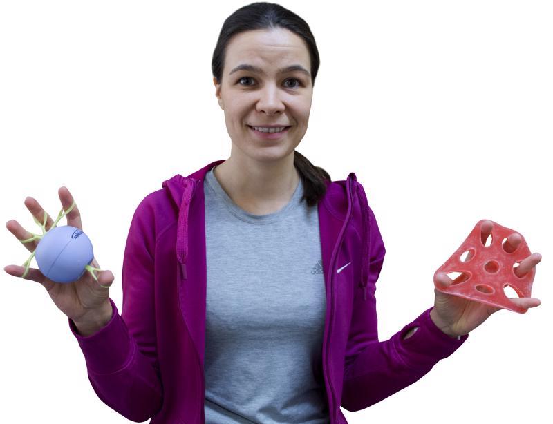 Käsien jumppaamiseen löytyy apuvälineitä, näyttää fysioterapeutti Sanna Koskela.