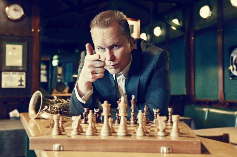 Saksofonisti William Suvanne esiintyy ja pelaa shakkia konservatoriolla torstaina.