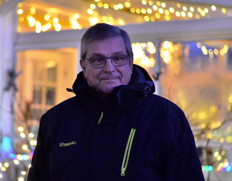 Raimo Lahtinen virittää jouluksi pihaan kymmeniä jouluvaloja, tapa tarttui Australian työkomennukselta.