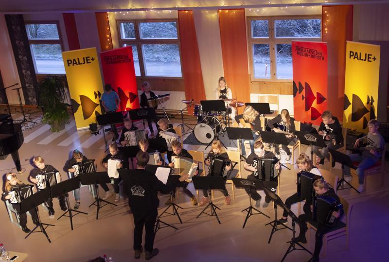 Matti Pulkin ja Tarvo Kantolan johtama AtR Juniors -orkesteri vei kuulijat elokuvasävelmien maailmaan.