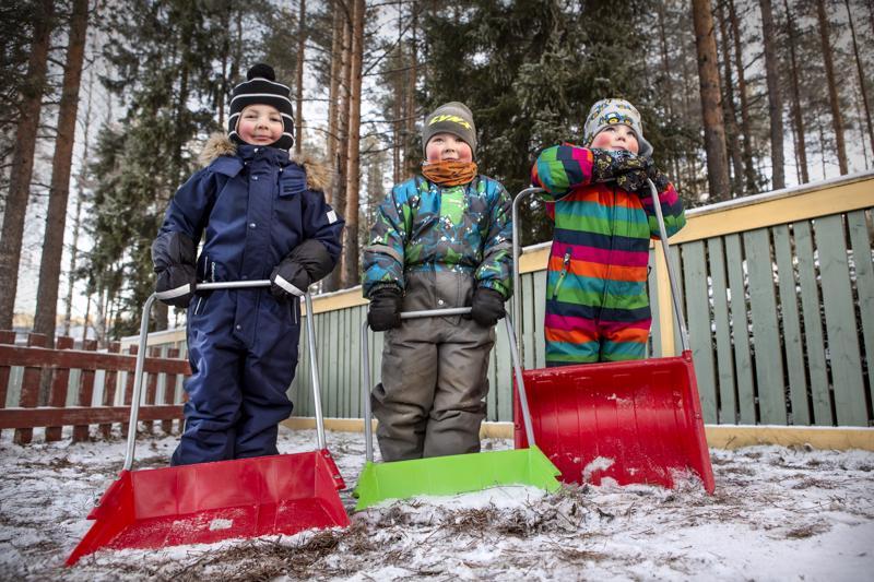 Saku Pakkala, Onni Virkkala ja Toivo Heikkilä tekevät ahkerasti lumitöitä.