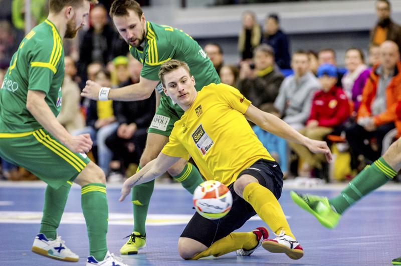 Rami Tirkkonen on kuulunut viime vuodet Futsal-Liigan kirkkaimpiin tähtiin, mutta tällä hetkellä maalintekijä käyttää fysiikkaansa hyväkseen futsalin sijasta maarakennustöissä.