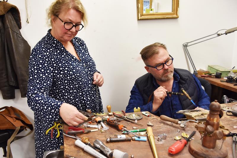 Markku Koskela valmistaa korut kokonaan käsityönä. Työpöytä kulkee usein mukana messuillakin. Anni-Riitta Koskela avustaa korujen teossa monella tapaa.