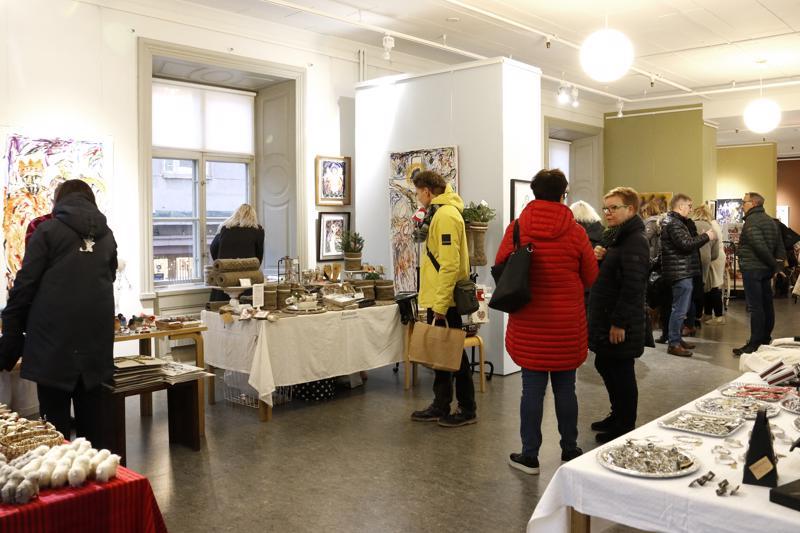 Roosin joulumarkkinat Kokkolassa saivat väen liikkeelle heti aamupäivästä lähtien.