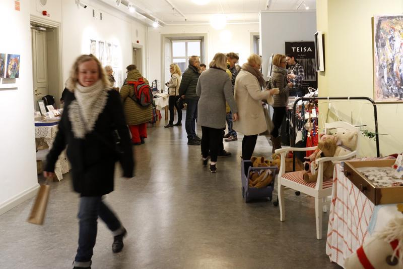 Roosin joulumarkkinoilla on monipuolinen kattaus paikallisten käsityöläisten tuotteita.