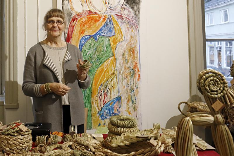 Kokkolalainen Anna-Maija Sipilä on tehnyt parikymmentä vuotta kaislatuotteita.