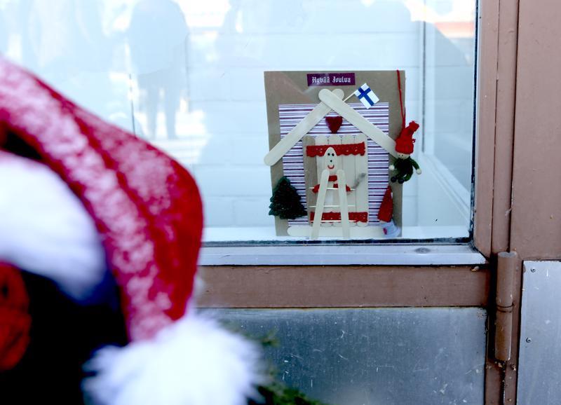 Luukku 2: Tonttuovi etätyötila Luovastin ikkunassa, oven pielessä.