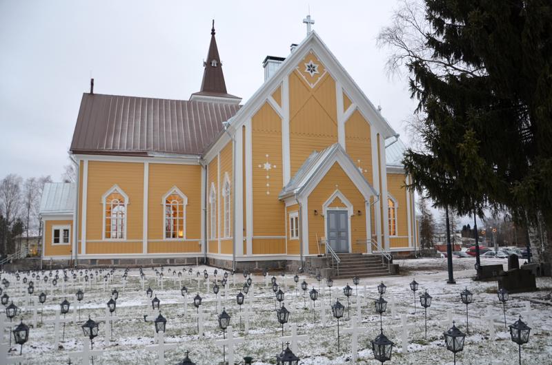Kirkon ulkomaalaus ja katto uusittiin täysin.
