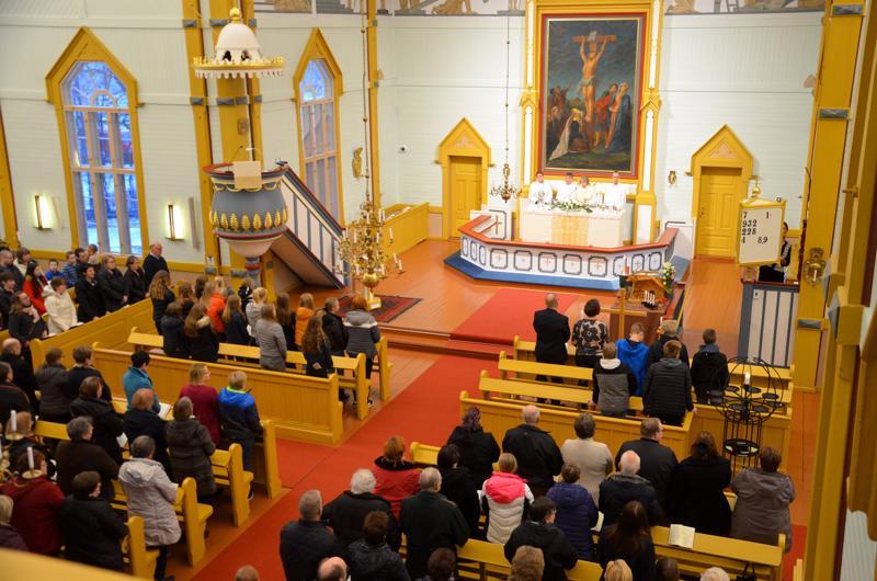 Nivalan kirkon sisällä uusittiin valaistus ja lämmitys ja lattia maalattiin.