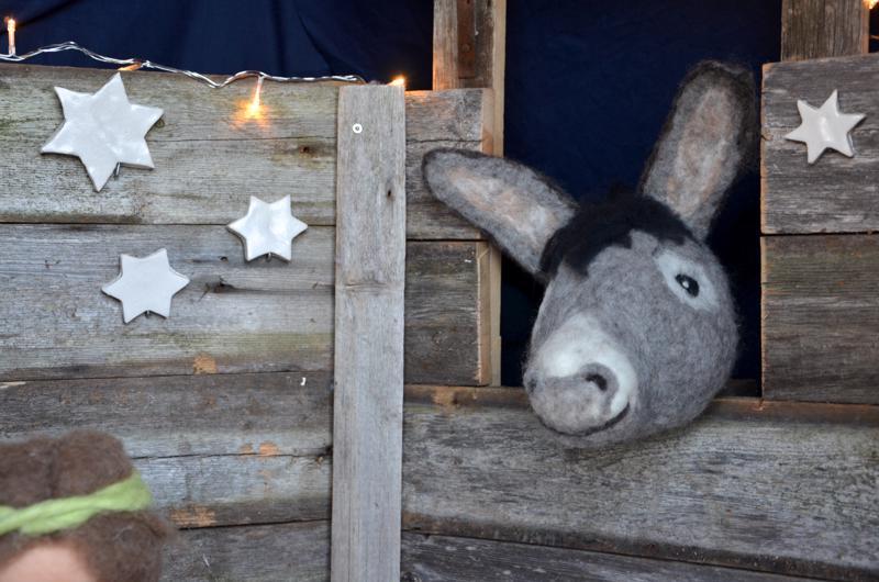 Luukku 3: Pajalanmäellä Kaustisella oli joulun aikaan joulukalenteri. Kraatarin maitolaiturilla on jouluseimi, johon huovutetun aasin valmisti Sanna Viisteensaari.