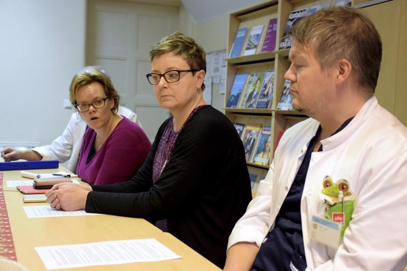 Maanantaina aamupäivään mennessä uusia tuhkarokkotapauksia ei ollut ilmennyt Pietarsaaren seudulla. Tilanteesta kertoivat tiedotustilaisuudessa johtava lääkäri Pia-Maria Sjöström (vas.), ylihoitaja Marjo Orava sekä lastentautien ylilääkäri Markus Granholm.