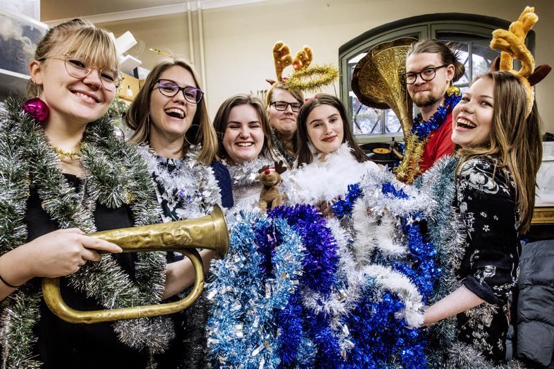 Swingin' Christmas -konsertissa riittää väriä. Solistit  Anni Kaakinen, Alli Järvelä, Jenny Skog, Olli Tervola, Fanni Koivisto, Joosua Viljanen ja Saara Kuru ovat virittäytyneet amerikkalaisen joulumusiikin maailmaan.