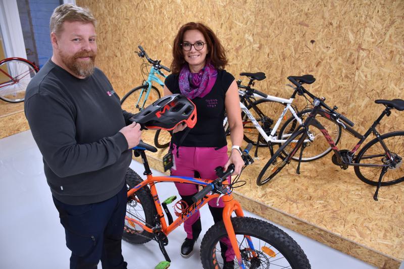 Marvin Kiviniemi avaa Hiekkasärkille Beach Bike Lybäck -pyöräliikkeen, johon tulee työntekijäksi Satu Luukkonen.