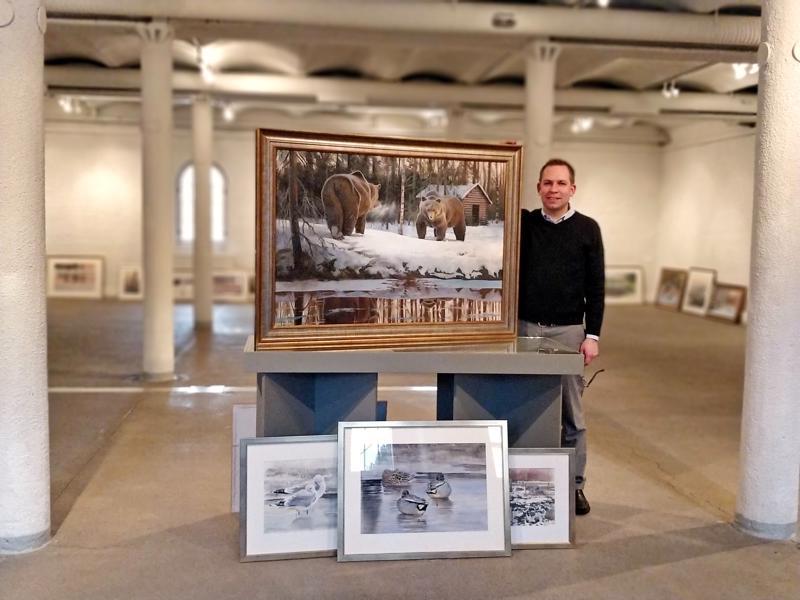 Kenneth Rosenlund ja Haastaja -maalaus, jossa yhdistyy ullavalainen latomaisema ja metsän kuninkaat karhusafarilta itärajalla.