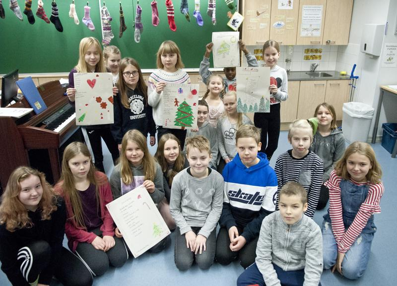 Mäntykankaan koulun neljäsluokkalaiset kirjoittivat aineettomien joululahjojen toivelistoja.