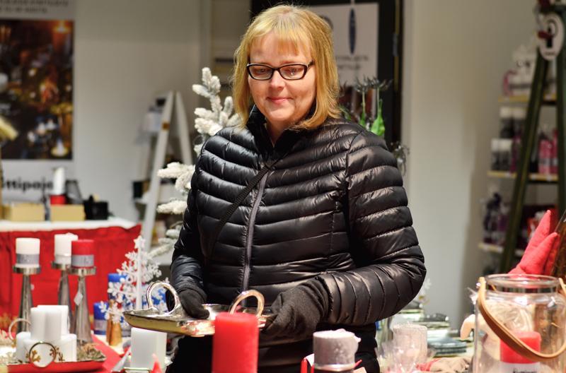 Sari Poutanen ostaa lahjat isolle lapsikatraalle ja lapsenlapsille.