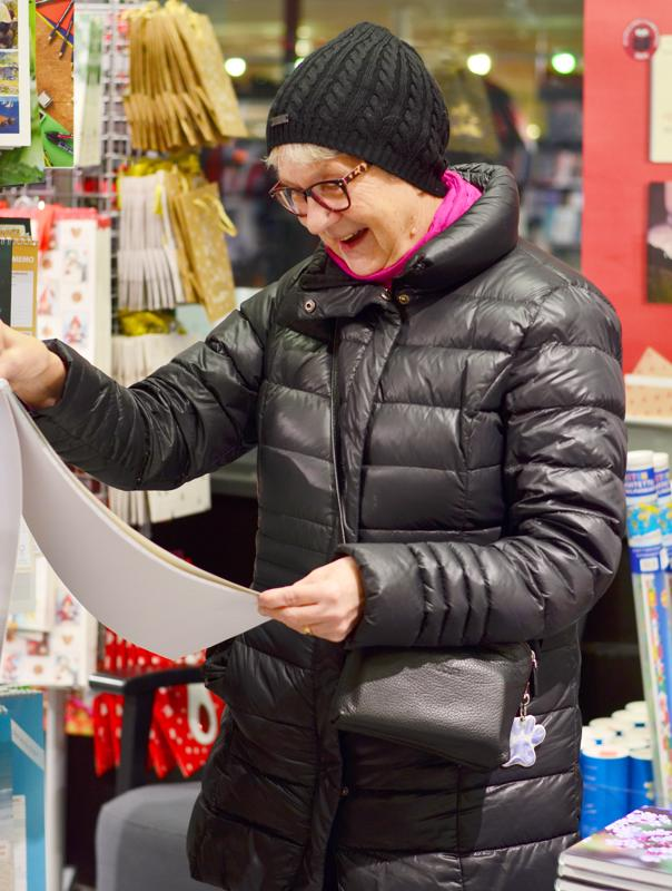 Helena Linnan peruslahjaostos on seinäkalenteri lapsiperheille.