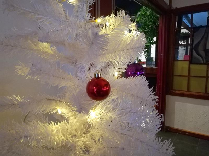 Luukku 5: Valkoinen joulukuusi hotelli Kampelissa.