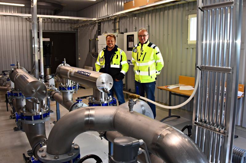 Jarkko Aakko ja Jouko Eskola esittelivät elokuussa Törmänperän uutta pumppaamoa, joka on osa rinnakkaisvesijohtohanketta.