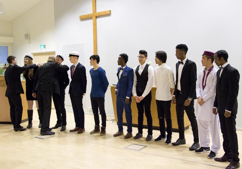 Raudaskylän kristillisen opiston itsenäisyyspäiväjuhlassa juhlittiin uusia ylioppilaita ja aikuisten perusopetuksesta valmistuneita.