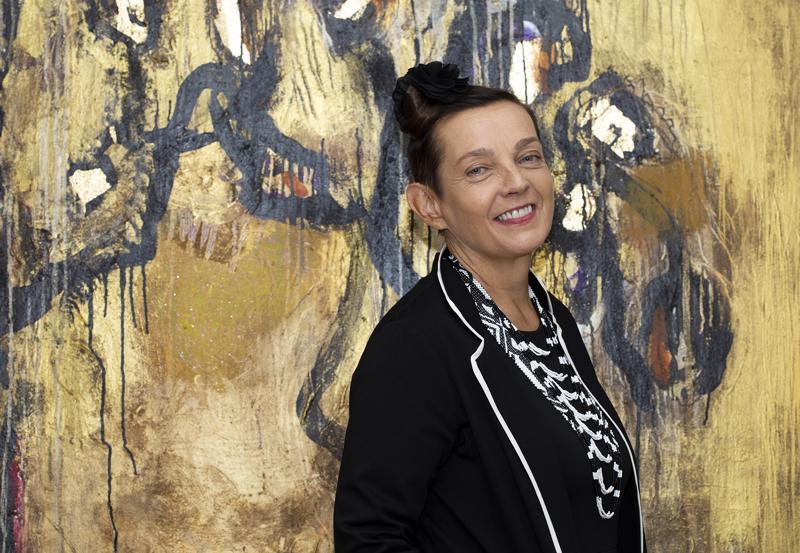 Pro Finlandialla palkittu monitaiteilija Marita Liulia Tokion näyttelyyn lähtevän teoksen äärellä.