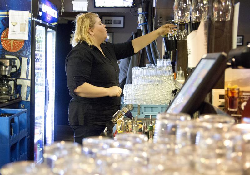 Ravintola Jokerin tarjoilijalla Reetta-Liisa Halosella ja muulla ravintolaväellä riittää kiireitä pikkujouluaikaan.