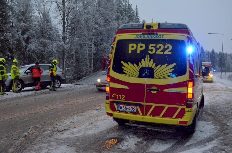 Ylivieskan Raudaskylän onnettomuus jäi lieväksi. Yksi auto vaurioitui, henkilövahinkoja ei tullut.