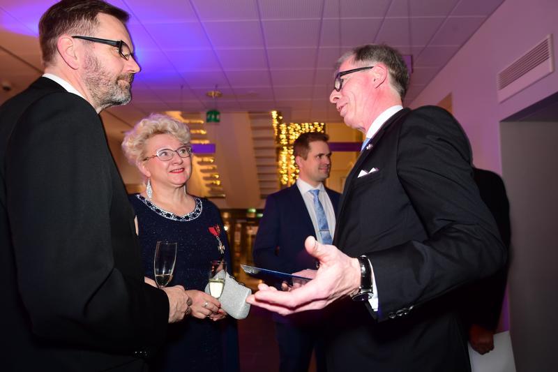 Valtakunnallinen yrittäjäjärjestö katsoo, että työmarkkinauudistukset ovat vielä pahasti kesken.Maarit ja Sampo Siik keskustelemassa Suomen Yrittäjien puheenjohtaja Jyrki Mäkysen kanssa. Yrittäjien maakunnallista juhlaa vietettiin keskiviikkona Ylivieskassa.