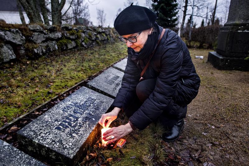 Sodassa kaatuneen ja kadonneen Ruben Blomsterin jäännökset löydettiin rintamalta vuosikymmenten jälkeen. Hänen veljentyttärelleen Lena Blomsterille oli tärkeää, että isän veli haudataan kotiseurakunnan eli Kokkolan multaan.